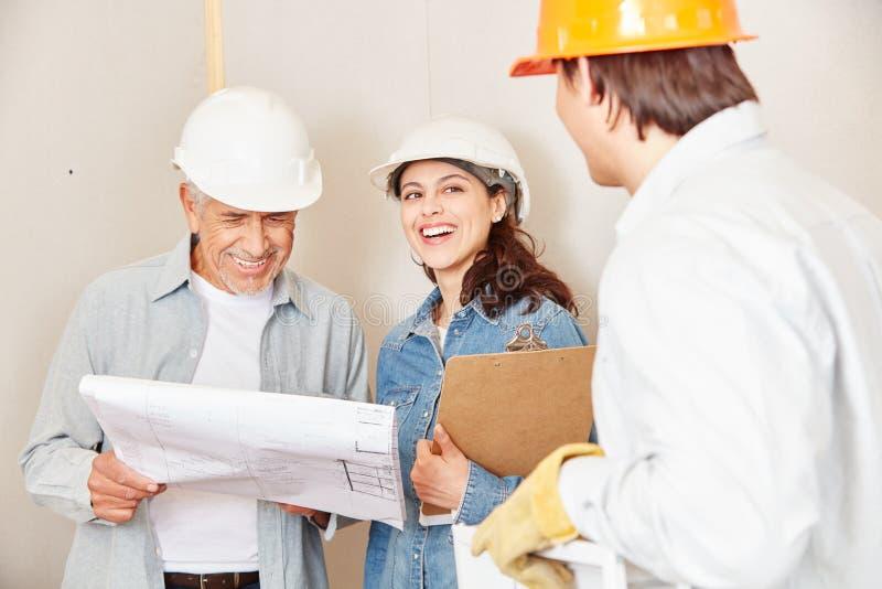 Planification d'équipe d'architecte avec floorplan images libres de droits