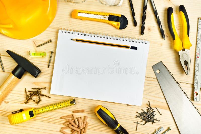 Planification d'un projet dans la menuiserie et l'industrie de boisage photographie stock