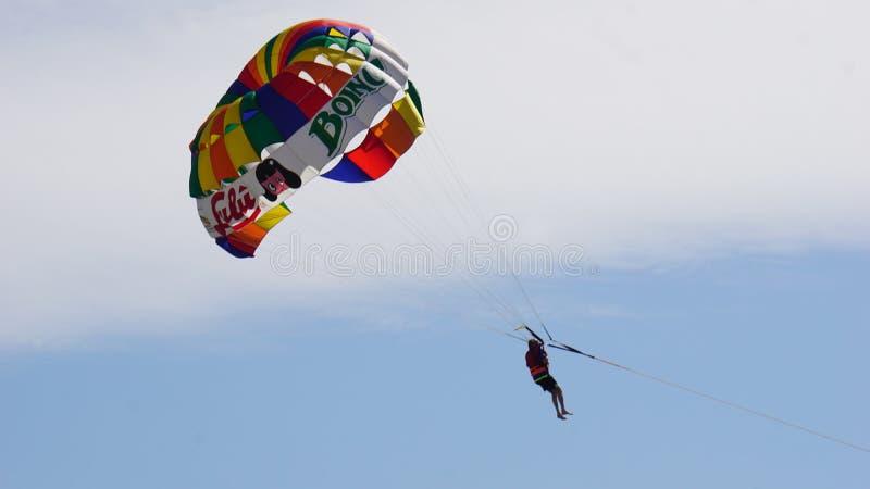 Planification de parachute à Acapulco photographie stock libre de droits