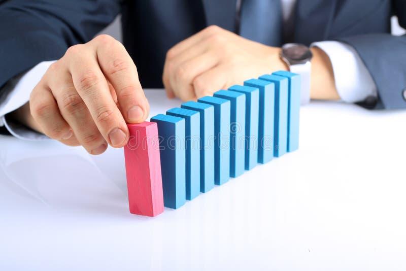 Planification, risque et stratégie dans les affaires, homme d'affaires poussant le bloc en bois photographie stock