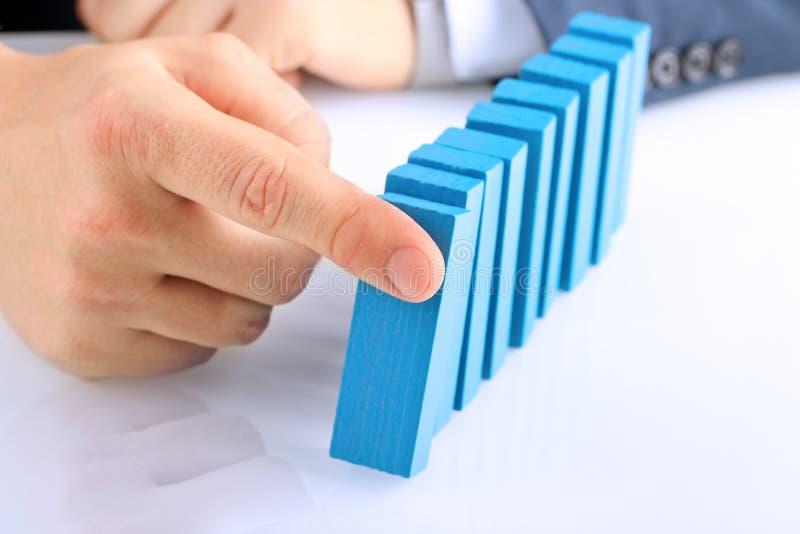Planification, risque et stratégie dans les affaires, homme d'affaires poussant le bloc en bois photographie stock libre de droits