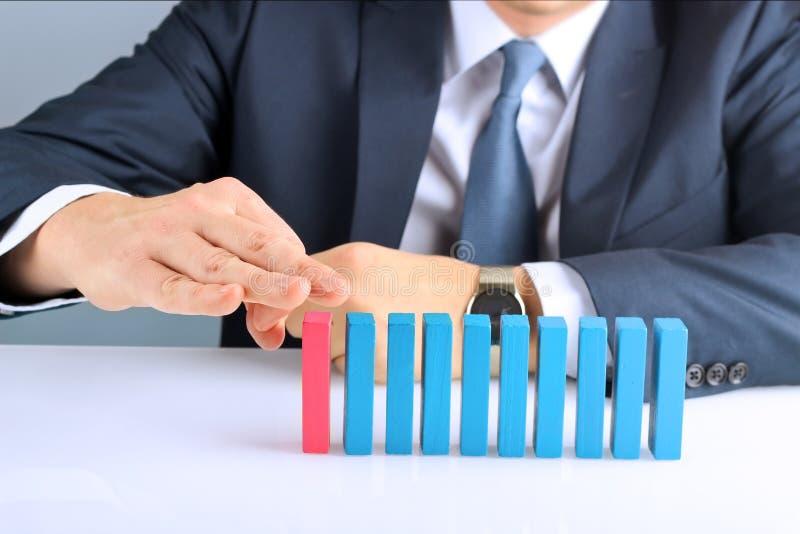 Planification, risque et stratégie dans les affaires, homme d'affaires poussant le bloc en bois photos stock
