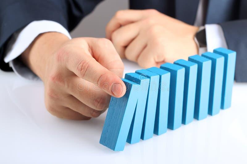 Planification, risque et stratégie dans les affaires, homme d'affaires poussant W image libre de droits