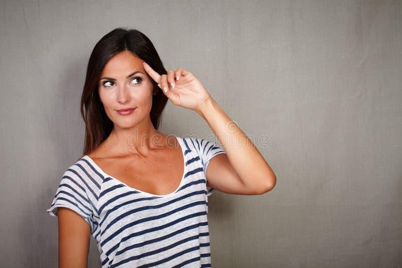 Planification songeuse de dame avec la main sur la tête images libres de droits