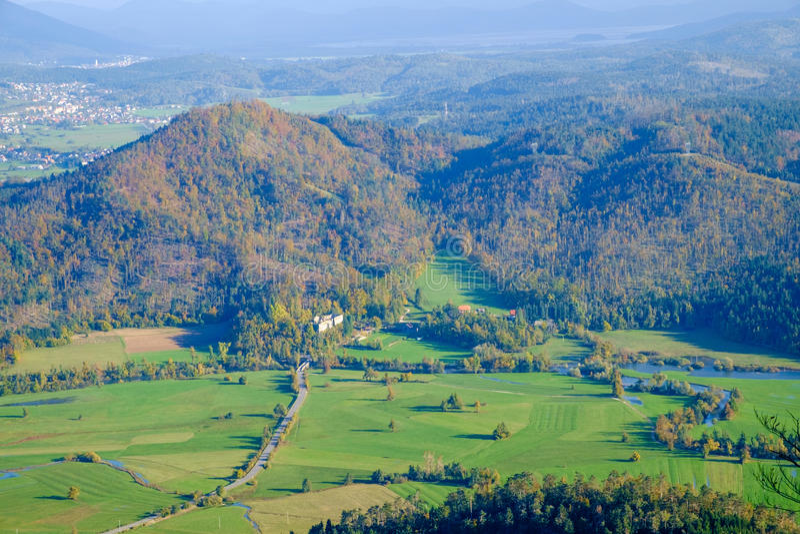Planinsko-polje ist ein typisches Karstfeld stockfotografie