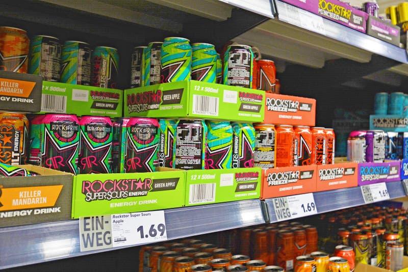 Plank met energiedranken in blikken in Duitse supermarkt stock foto