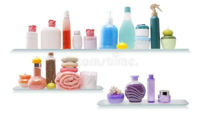 Plank met schoonheidsmiddelen in een badkamers stock foto