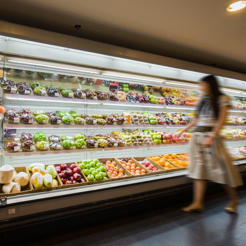 Plank met vruchten in supermarkt stock afbeeldingen