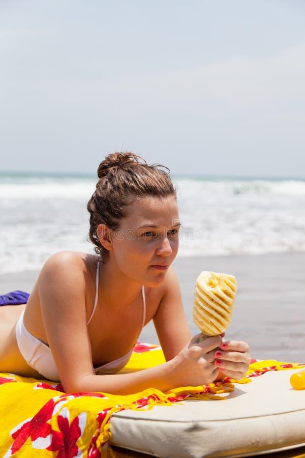 planka för lies för strandunderlagflicka royaltyfri foto