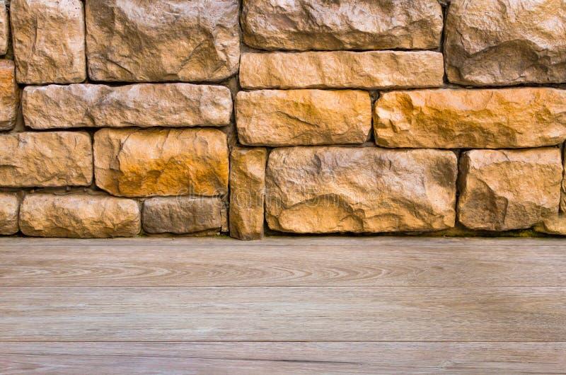 Planka för timmerträbrunt under bakgrund för textur för tegelstenvägg fotografering för bildbyråer
