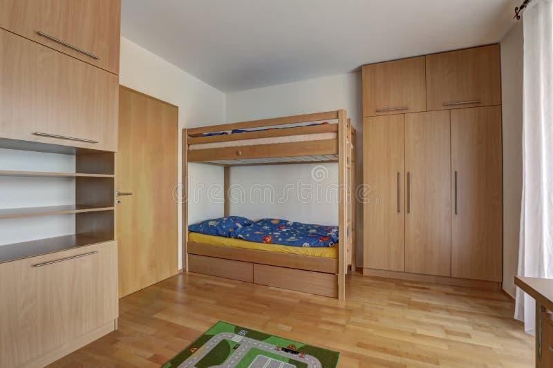 Plankasäng med byggande i hemlig och stor garderob royaltyfri bild