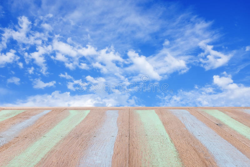 Plankaträ med suddig bakgrund för blå himmel royaltyfria foton