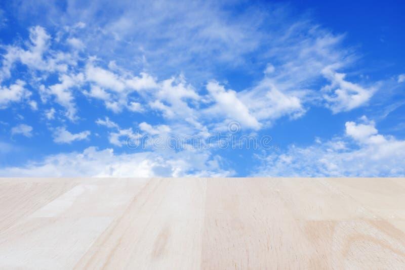 Plankaträ med suddig bakgrund för blå himmel arkivbilder