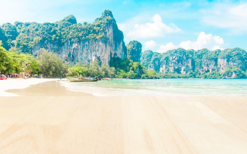 Plankaträ på stranden med skorrad havsbakgrund royaltyfri fotografi