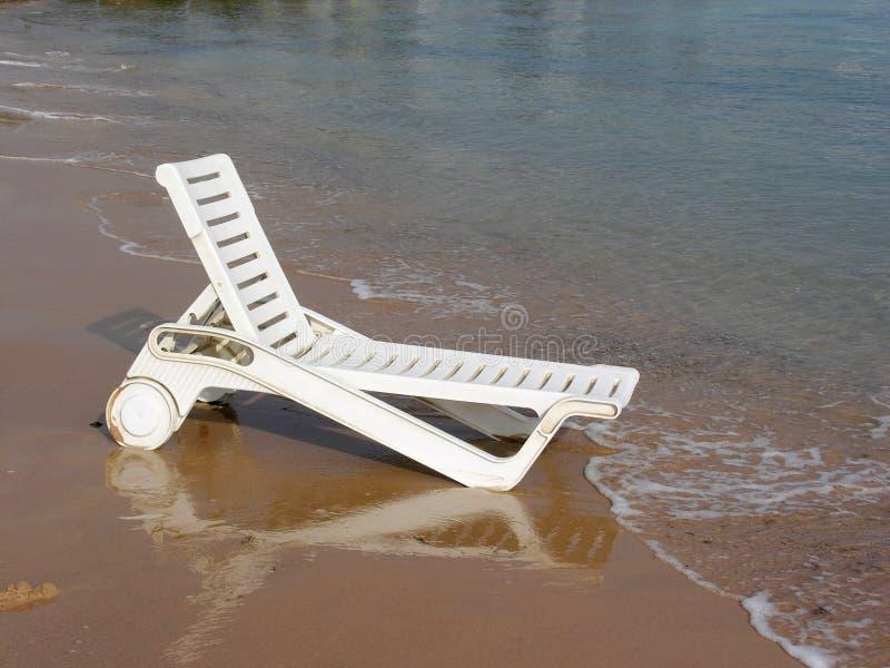 Plankebett auf Strand stockfotografie