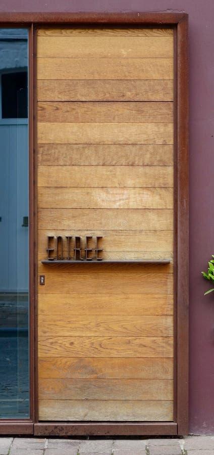 Planked房子门设计了与法国词进入 免版税库存图片
