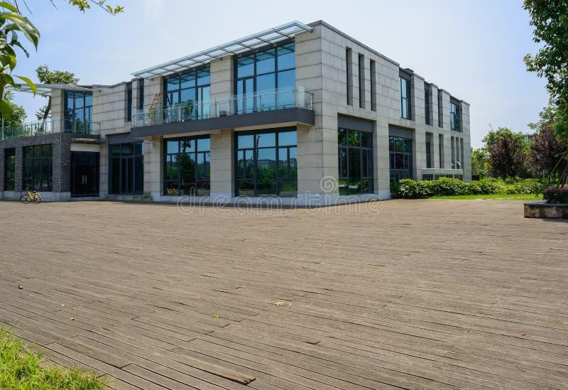Planked rieb vor zwei-berühmtem Gebäude im sonnigen Sommer lizenzfreie stockfotografie