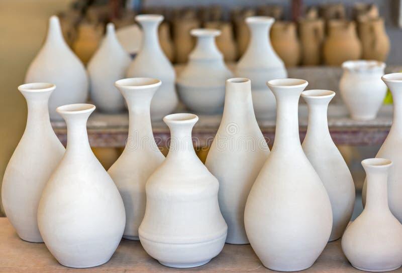 Planken met ceramische dishware stock afbeelding