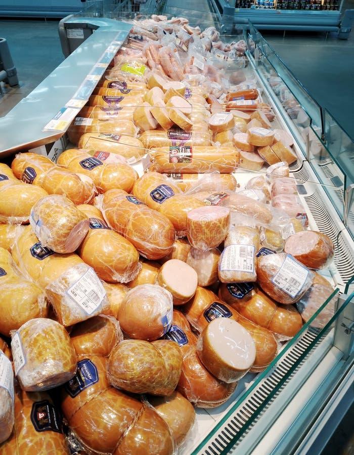 Planken met diverse worsten in de Lenta-supermarkt stock foto's