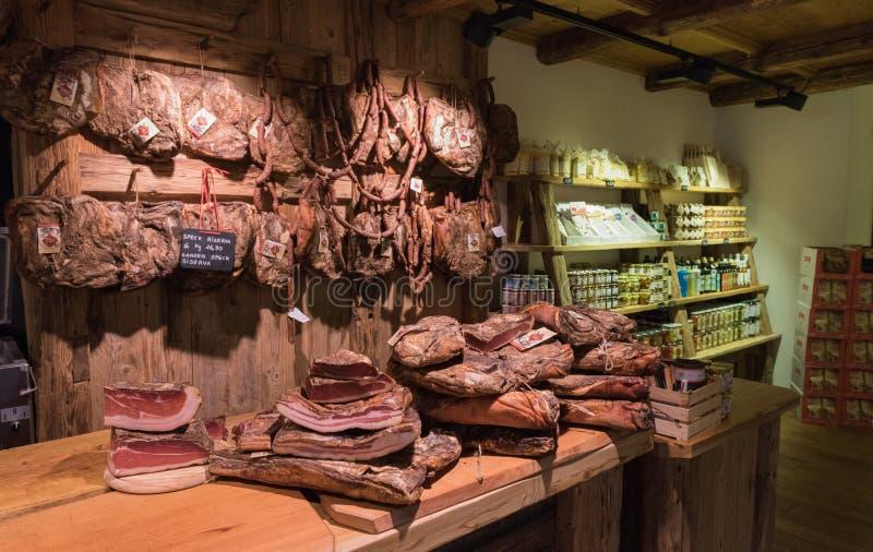 Planken met typische Italiaanse worstenprosciutto, vlek binnen een kruidenierswinkelmarkt stock afbeeldingen
