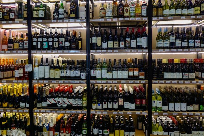 Planken met verscheidenhedensoorten flessen wijn royalty-vrije stock afbeeldingen