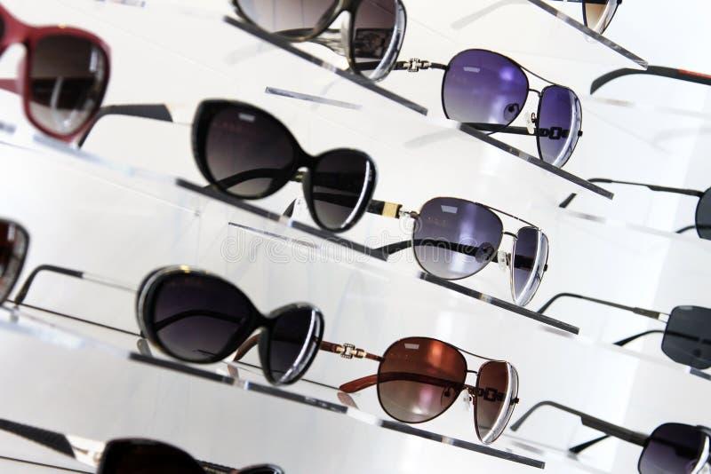 Planken met zonnebril stock afbeelding