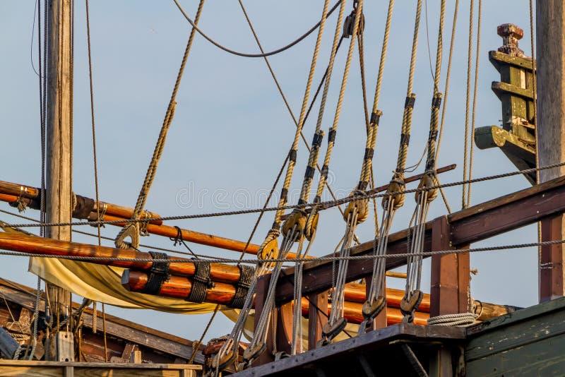 Planken, Seile, Flaschenzüge, Gerät und Takelung einer Replik eines alten Segelschiffs der Ära 1400's stockfotos