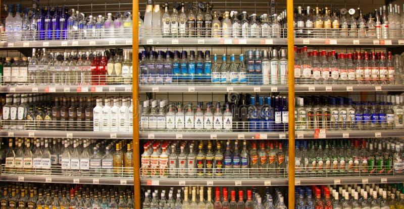 Planken van supermarkt met alcoholische dranken royalty-vrije stock afbeeldingen