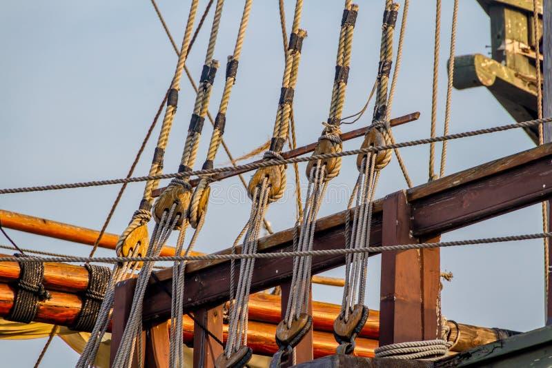 Plankor, rep, block, redskap och riggning av en kopia av ett seglingskepp för era 1400's arkivbilder