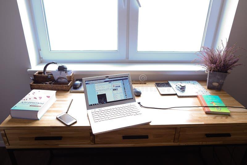 Planlägg och utrustade arbetsområde för att arbeta i wi för rymligt rum arkivbild