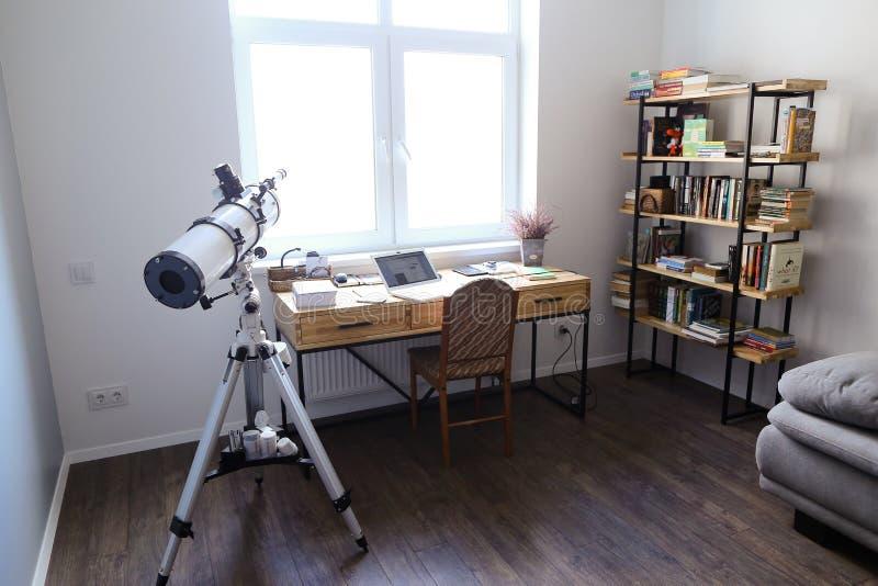 Planlägg och utrustade kontoret för att arbeta med anordningar i spacio royaltyfri bild