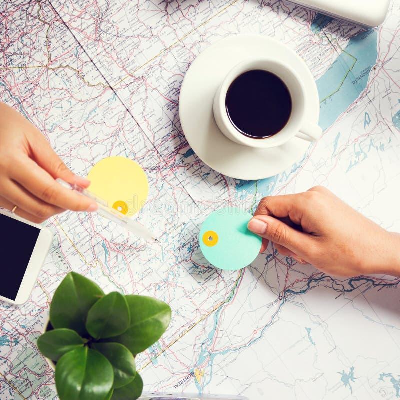 Planläggning för att resa på världskarta royaltyfri bild