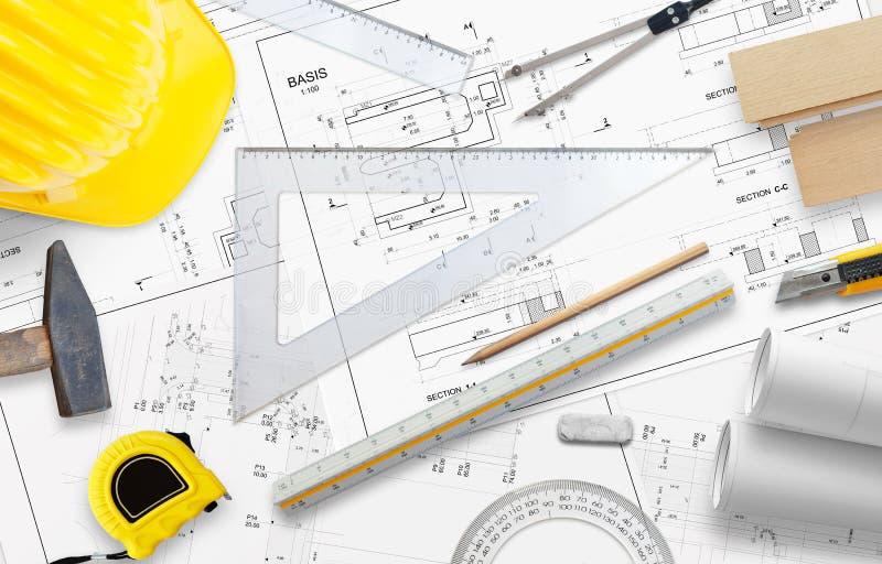 Planläggningsaffärsbyggnad På tabellen är en linjal, blyertspennan och annan konstruktionstillbehör royaltyfria foton