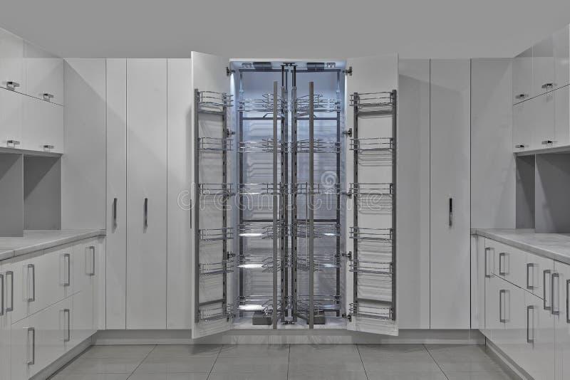 planlagd strömförande retro lokalstil för hemmiljö Kök - öppnad dörr av kylskåpet Trä och C royaltyfria bilder