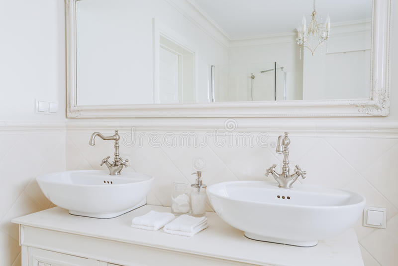 Planlagda handfat i retro badrum arkivbilder
