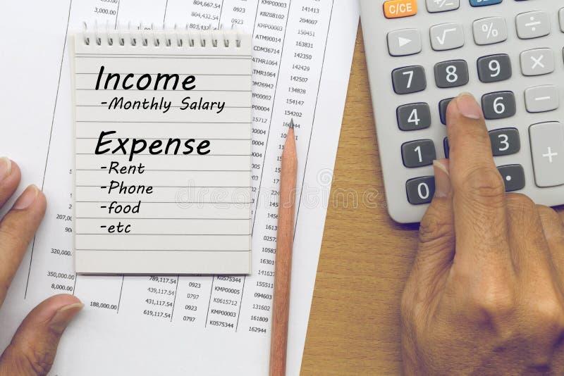 Plannende maandelijkse inkomen en rekeningsuitgaven stock foto's