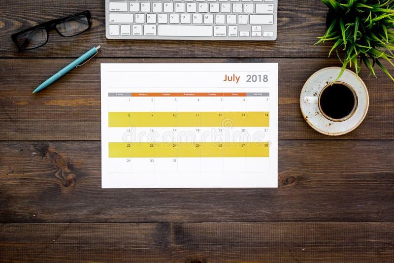 Planning op het werk Strategie Planning Bedrijfsontwikkelingsconcept Bepaal de doelstellingen Kalender op donker houten bureau stock afbeeldingen