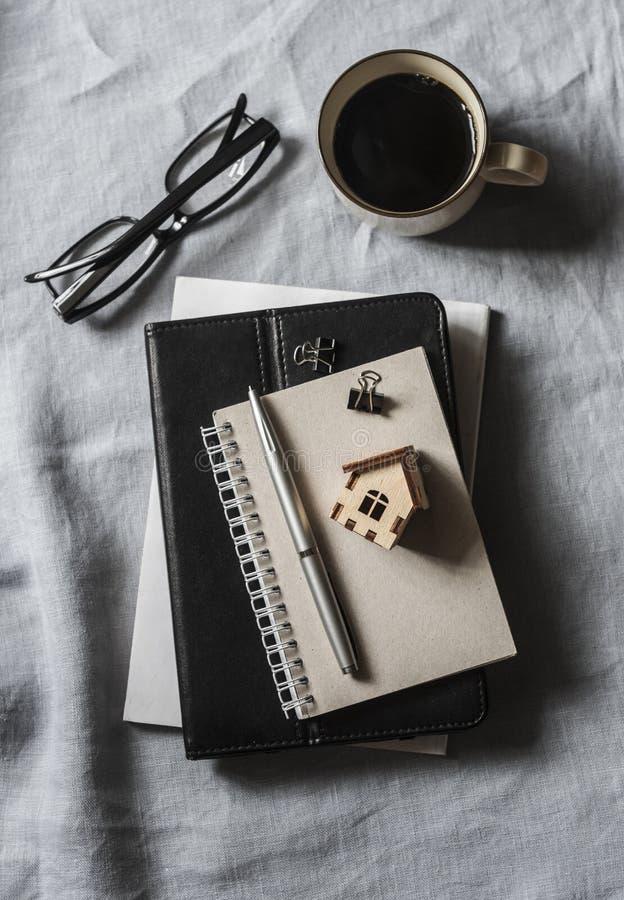 Planning van de bouw van een huis Bureauwerkplaats met bedrijfstoebehoren - notitieboekje, tabletcomputer, glazen, pen en royalty-vrije stock foto