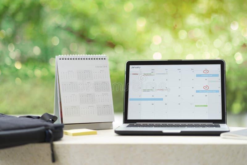 Planningsagenda en programma die de ontwerper van de kalendergebeurtenis op computerlaptop gebruiken Het de Organisatiebeheer van royalty-vrije stock foto