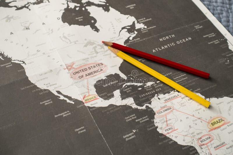 Planningsreis met een kleurpotlood op een zwarte/witte kaart van Amerika stock foto