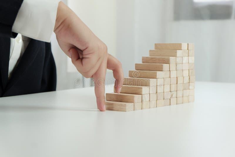 Planningsrisico en strategie in zakenman gokken die houten blok plaatsen Bedrijfsconcept voor het proces van het de groeisucces royalty-vrije stock afbeelding