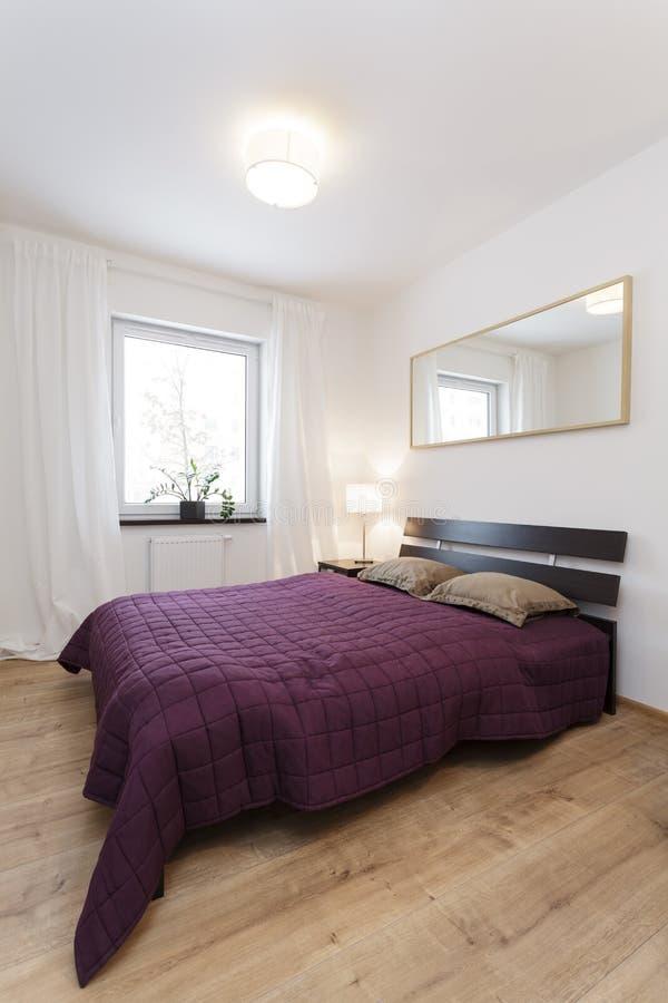 Plano acogedor - dormitorio violeta imagenes de archivo