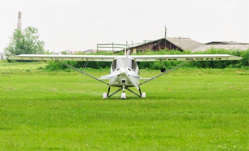 Plano aerobatic branco que prepara-se à decolagem fotos de stock royalty free