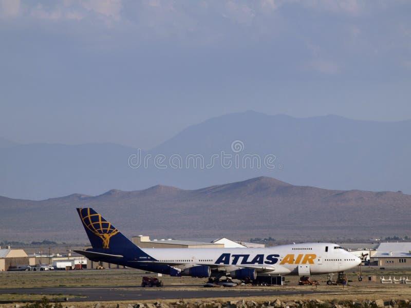 Plano comercial dos aviões de passageiros de Atlas Air estacionado no deserto imagens de stock
