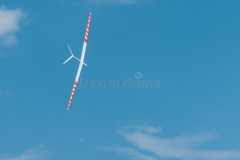 Plano crescente de RC no céu azul imagem de stock