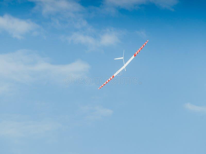 Plano crescente de RC no céu azul imagens de stock royalty free