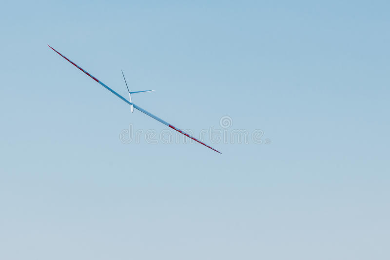 Plano crescente de RC no céu azul fotos de stock