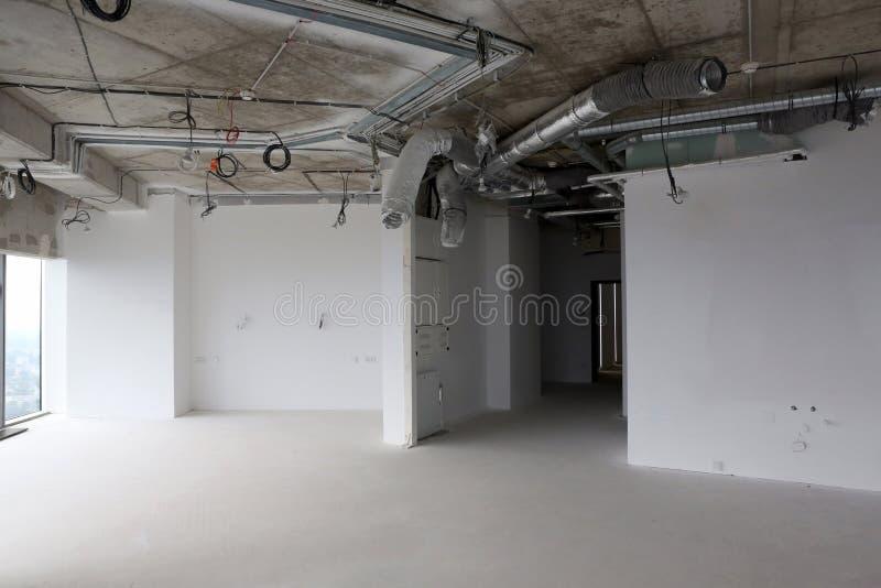 Plano da construção, construção residencial nova com cabos e canais de ventilação foto de stock royalty free