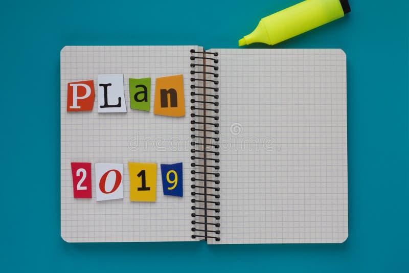 Plano 2019 da inscrição em uma folha de papel Conceito futuro do planeamento Projeto do estilo de vida Conceito da estratégia emp imagem de stock