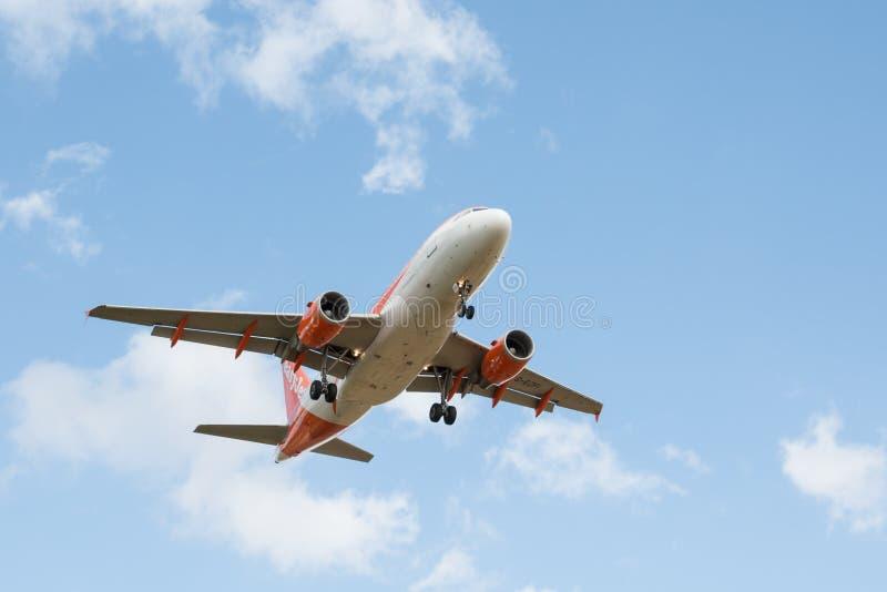 Plano das linhas aéreas de Easyjet imagens de stock royalty free
